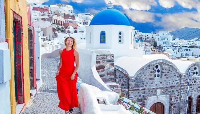 santorini oia vrouw huizen blauwe koepel dak