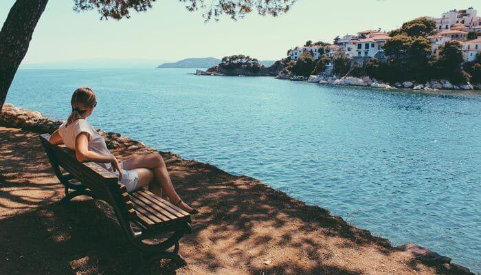 skiathos stad haven water vrouw warmste eilanden griekenland